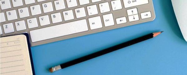 Ilustracja dekoracyjna. Klawiatura komputerowa, ołówek notes i mysz komputerowa na podstawie koloru niebieskiego.