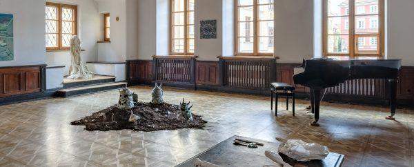 Ilustracja dekoracyjna. Wystawa Czysty kryształ. Rzeźby, instalacje przestrzenne w sali domu kultury.